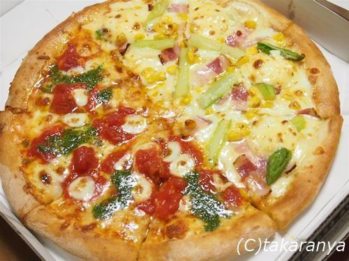 定番のマルゲリータと、アスパラベーコンのピザ
